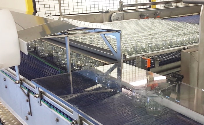 Depalletizing and conveying of jars - Solutions dairy products - Guelt