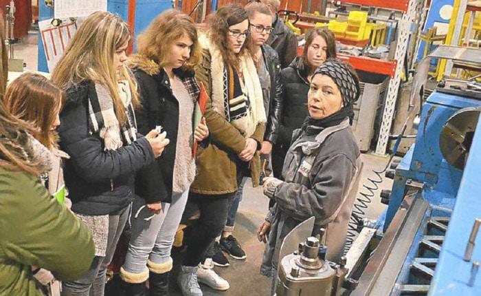 Dans les ateliers Guelt, Christelle présente son métier de tourneur à des collégiennes.
