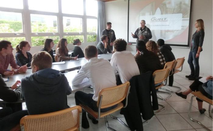 Yves Guelt explique l'importance des valeurs humaines en entreprise, aux étudiants de DUT QLIO de Lorient