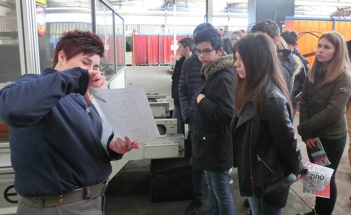 Cécile fait découvrir la découpe laser aux jeunes