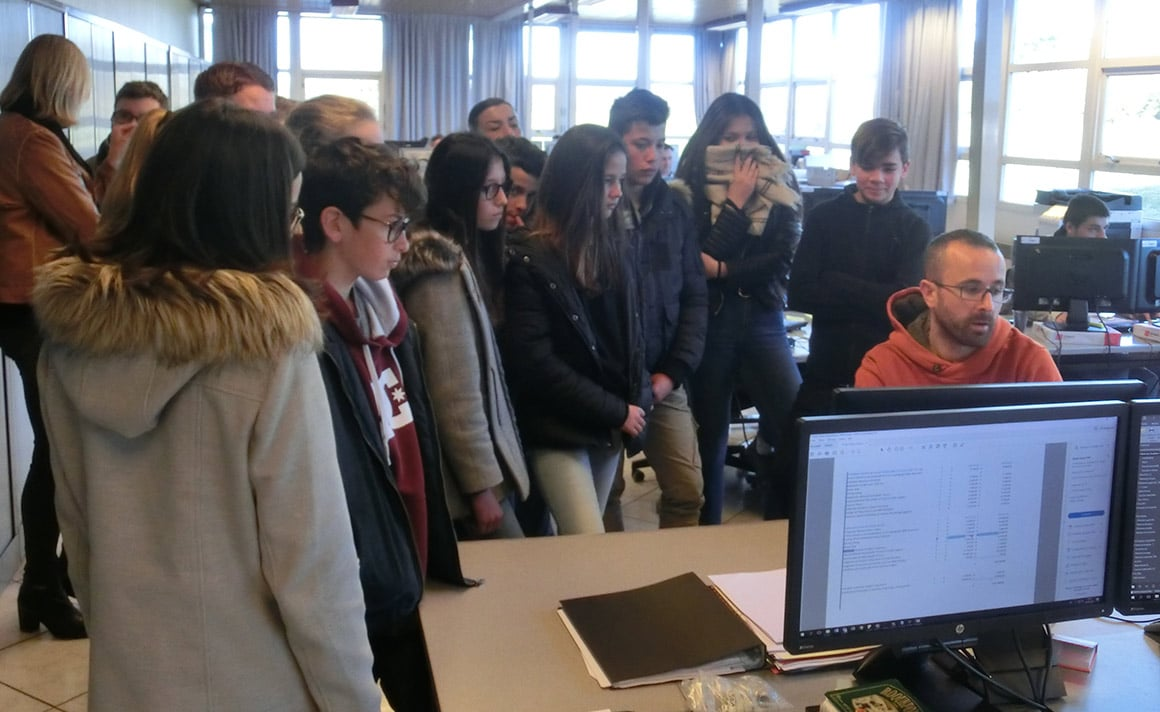 Au bureau d'études, Mickael présente son travail