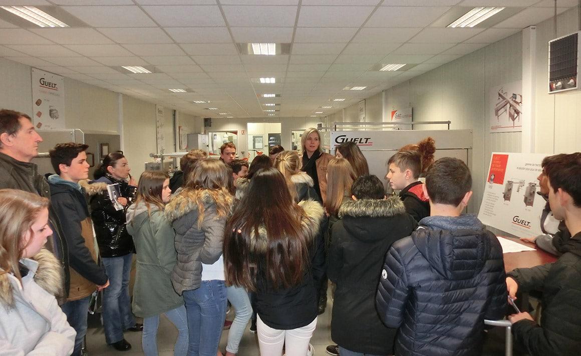 Sylvia présente l'entreprise et ses activités aux élèves de 4ème du collège Kervihan de Fouesnant