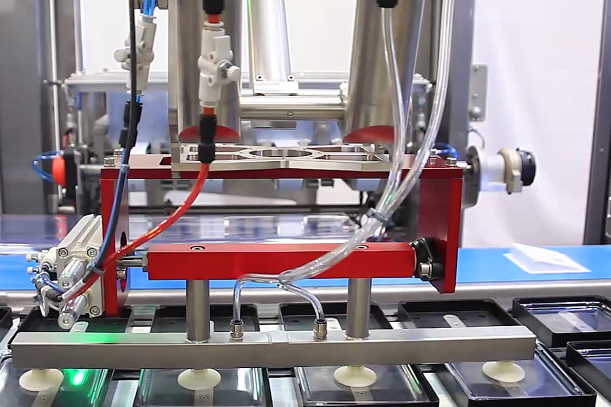 Guelt Packaging - Lidding machine integrated in an MSG robotic module
