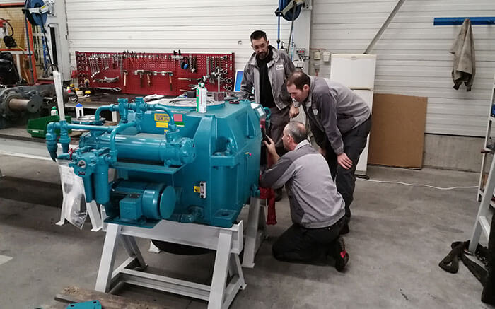 4 Guelt technicians study the closed Hansen gearbox